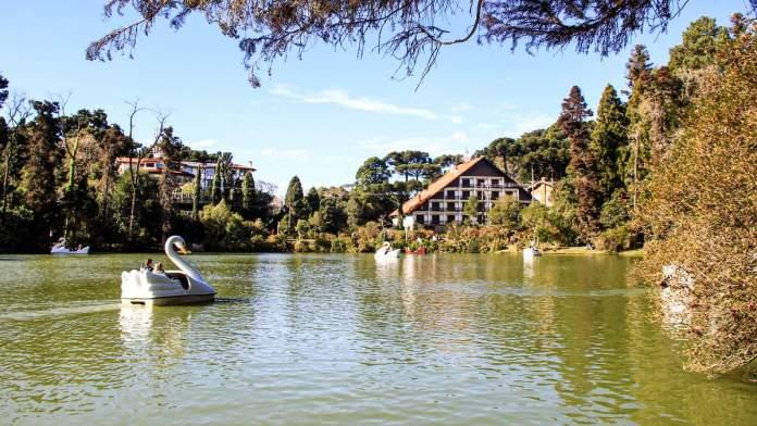 Caminhar pelo Lago Negro é um dos passeios grátis em Gramado - Rio Grande do Sul