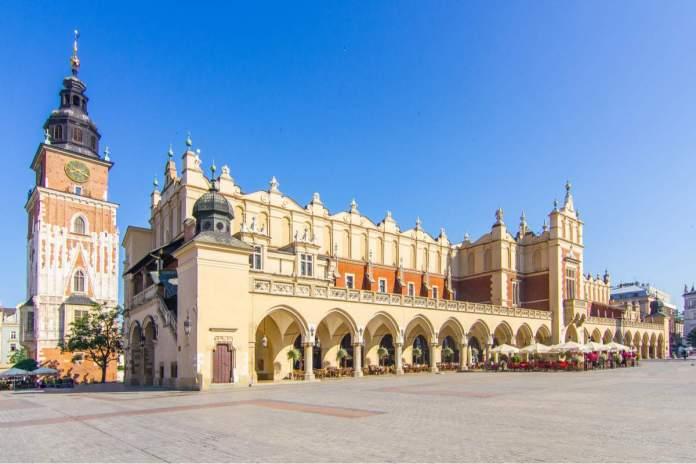 Edifício Sukiennice com a Câmara Municipal em segundo plano em Cracóvia - Polônia