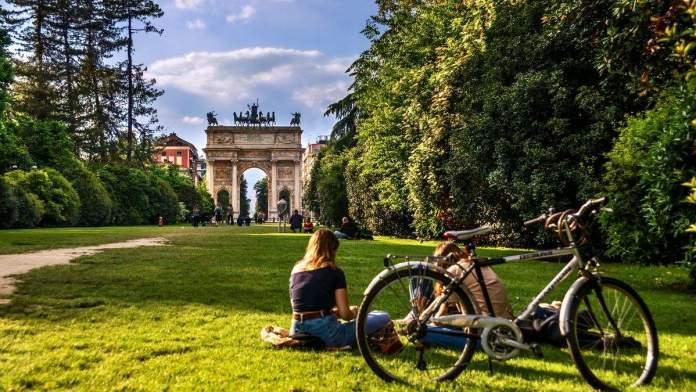 Pessoas descansando  no Parque Sempione em Milão, Itália.