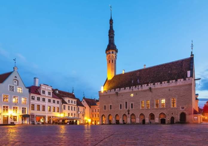 Noite paisagem de verão da Town Hall Square (Raekoja Plats) em Tallinn, Estônia