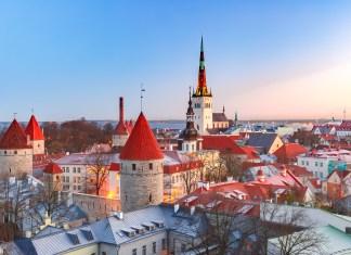 Paisagem urbana aérea com a cidade velha medieval, a Igreja Batista St. Olaf e a muralha da cidade de Tallinn pela manhã