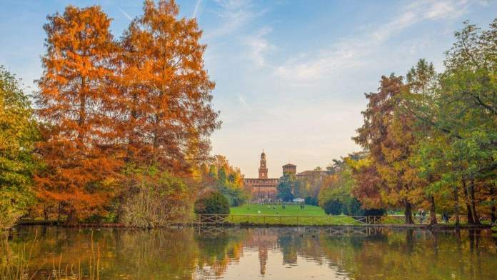 Castelo de Sforza visto do Parque Sempione, em Milão, Itália.