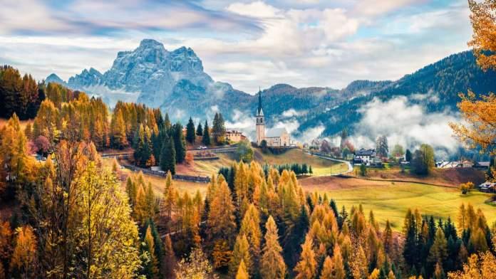 Cena dos Alpes Dolomitas no outono. Região de Vêneto no norte da Itália, Europa.
