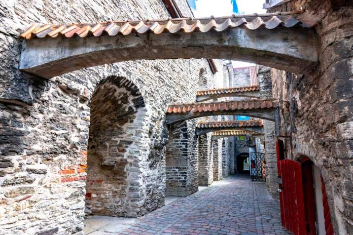 Passagem de Santa Catarina: que é uma viela linda, que preserva a autenticidade medieval desde que a cidade foi fundada;