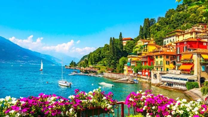 Cidade de Varenna no distrito do lago Como. Aldeia do lago tradicional italiana.