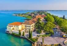Vista da cidade italiana de Sirmione e do lago Garda.