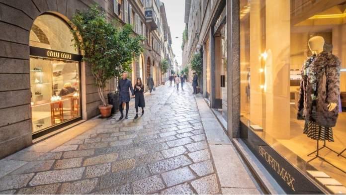 Rua de compras Via Della Spiga, Milão, Itália