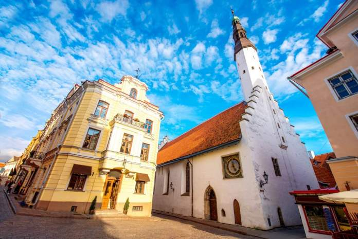 Vista na igreja do Espírito Santo na Praça Suurgildi em Tallinn, Estônia