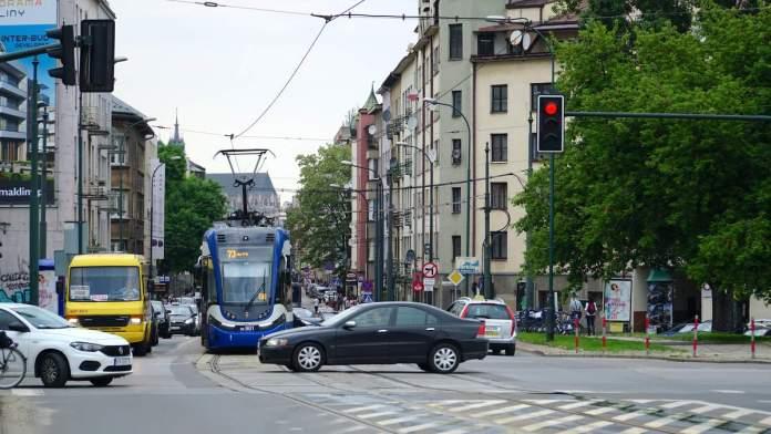 Carros circulando nas ruas de Cracóvia - Polônia