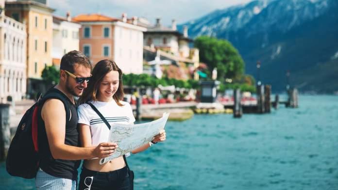 Casal apaixonado no lago de Garda, Sirmione, Itália.