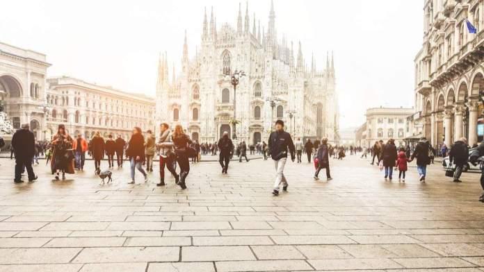 Pessoas andando na frente da Praça Duomo no inverno em Milão, Itália.