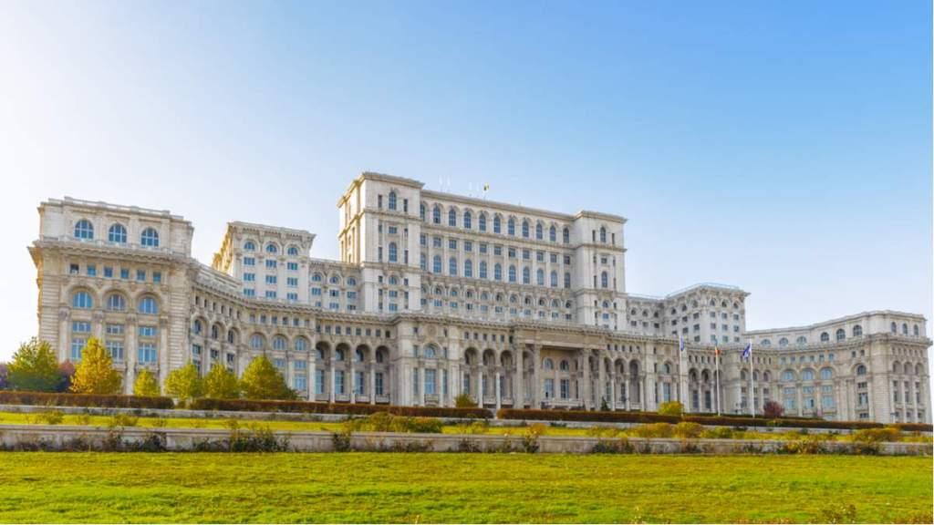 Palácio do Parlamento, Bucareste, Romênia. É o maior e mais pesado edifício civil do mundo, com função administrativa.
