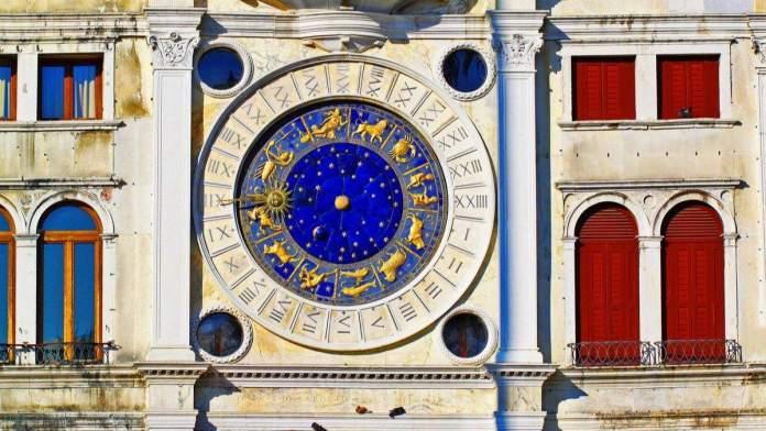 Relógio do zodíaco na Torre do relógio na Piazza San Marco em Veneza, Itália.