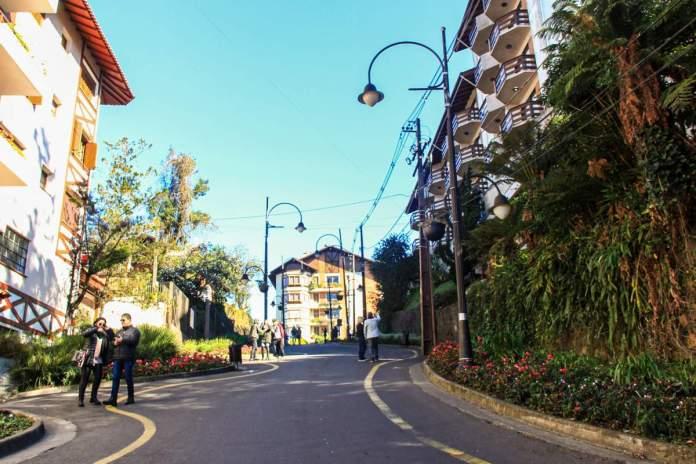 Conhecer a Rua Torta é um dos passeios grátis para fazer em Gramado - Rio Grande do Sul