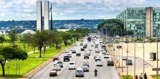 Vista do tráfego na rua movimentada de Brasília.