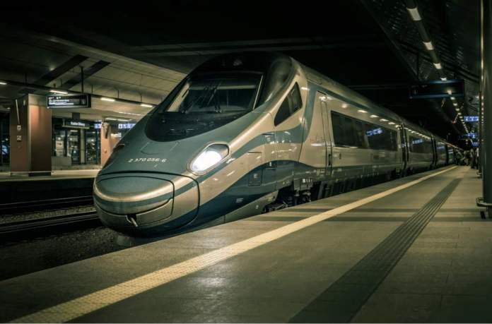 Trem de alta velocidade, na principal estação ferroviária de Cracóvia, Polônia