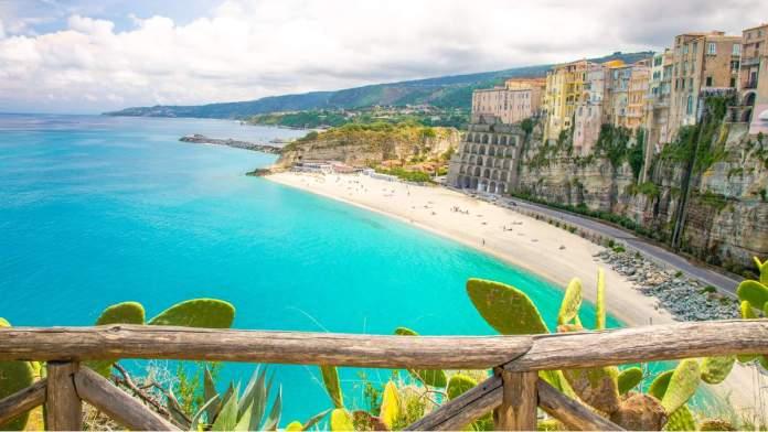 Cidade de Tropea e praia do mar Tirreno, Calábria, sul da Itália.