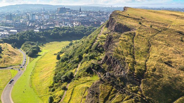 Arthur's Seat é o pico mais importante do grupo de colinas que há em Holyrood Park, Edimburgo, Reino Unido