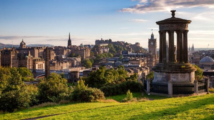Horizonte de Edimburgo, com vista do Calton Hill e do monumento Dugald Stewart.