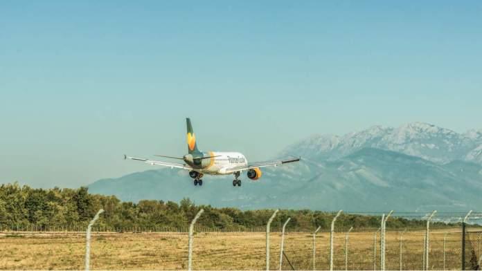 Avião de passageiros chegando no aeroporto de Tivat em Montenegro.