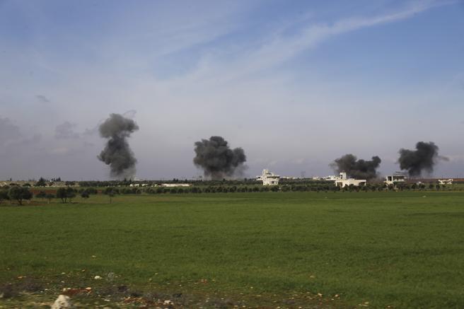 Columnas de humo tras los bombardeos en la ciudad de Sarageb, provincia de Idlib, Siria