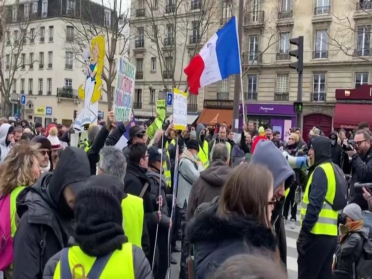 Los chalecos amarillos desafiaron la prohibición de las autoridades a las concentraciones de más de cien personas