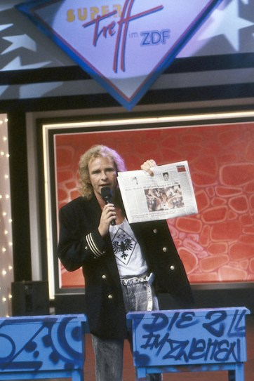 Thomas Gottschalk in front of a artwork Graffiti on canvas for the TV show »Die 2 im Zweiten« live at IFA Internationale Funkausstellung, Berlin 1991. © ZDF Barbara Oloff