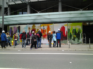 Besucher nutzen das Artwork als Fotobackground. Visitors use the artwork as a photo background.