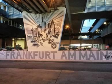 Pfeiler mit Skyline Frankfurt Fraport Terminal 1 Frankfurt International FRA 2015