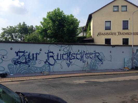 Freihand Fraktur Freestyle Buchscheer Fassade 2016