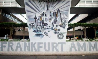 """Die Skyline und einige weitere Frankfurter Wahrzeichen zeichnen sich durch Graffiti-Spraykunst von Künstler Helge """"Bomber"""" Steinmann am 14.08.2015 am Busbahnhof vom Flughafen in Frankfurt am Main (Hessen) auf einem Teil einer 360 Meter langen Mauer ab. Um den Busbahnhof aufzuwerten und den dort wartenden Reisenden ein besonderes visuelles Erlebnis zu bieten, wurde die Mauer im Graffiti-Stil verschönert. Foto: Christoph Schmidt/dpa +++(c) dpa - Bildfunk+++"""
