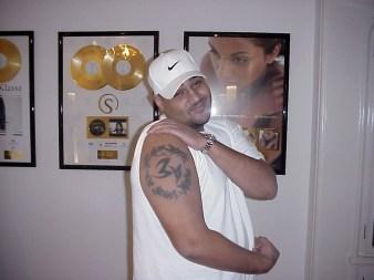 Moses Pelham Tattoo »Mit aller Kraft - um jeden Preis« © BOMBER 2000