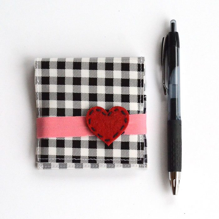 This oilcloth post-it note holder is darling and SO SIMPLE to make! A great teacher, friend, or neighbor gift! It can also be adapted with different cloth types.