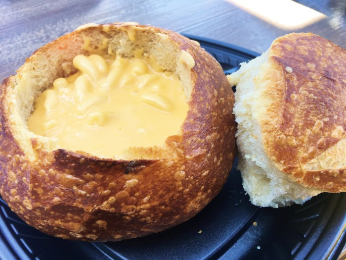 Here is a fabulous summary of the best places to eat at Disneyland and California Adventure. From meals to treats, we have you covered! YUM YUM YUM!