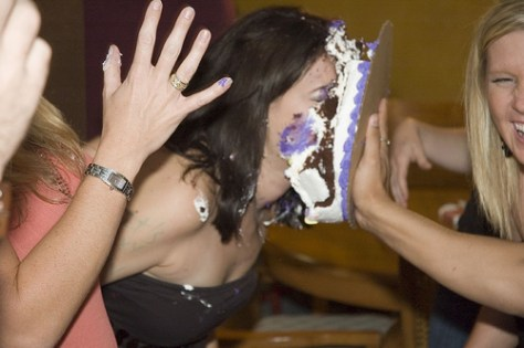 girl throwing cake in a girls face ideas for sploshing fans