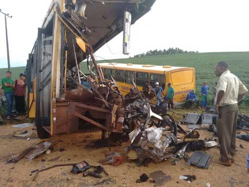 Reprodução/Blog do Oseias Miranda - Um dos ônibus ficou completamente destruído no acidente