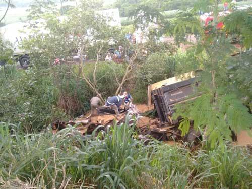 Reprodução/Blog do Oseias Miranda - Um dos caminhões caiu em uma ribanceira após a batida