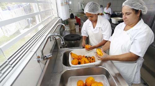 Arnaldo Alves/AENPR - Cozinheiras da AMAS preparam alimentos doados pelo Ceasa/Pr, para servir as crianças carentes