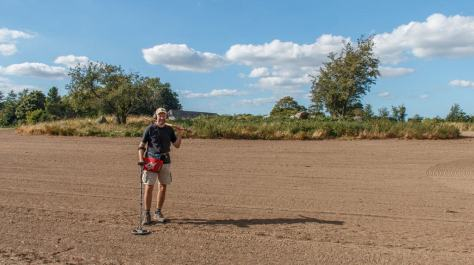 Brian Kristensen på fundtom mark foran stor stendysse