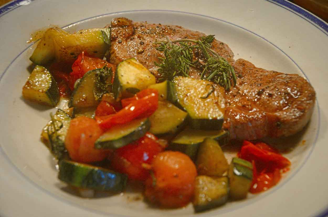 Hurtig mad: Kotelet med squash og tomat