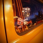 La lunette du T2B Westfalia de becombi.com à la tombée de la nuit