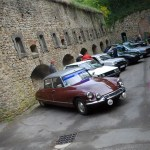 Vue d'ensemble du rassemblement de vieilles voitures