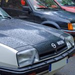 Gros plan sur une Opel GT/E et une Peugeot 205 GTI 1,6l