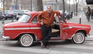Mario Hacquard devant sa Magnifique Simca Étoile P60 rouge