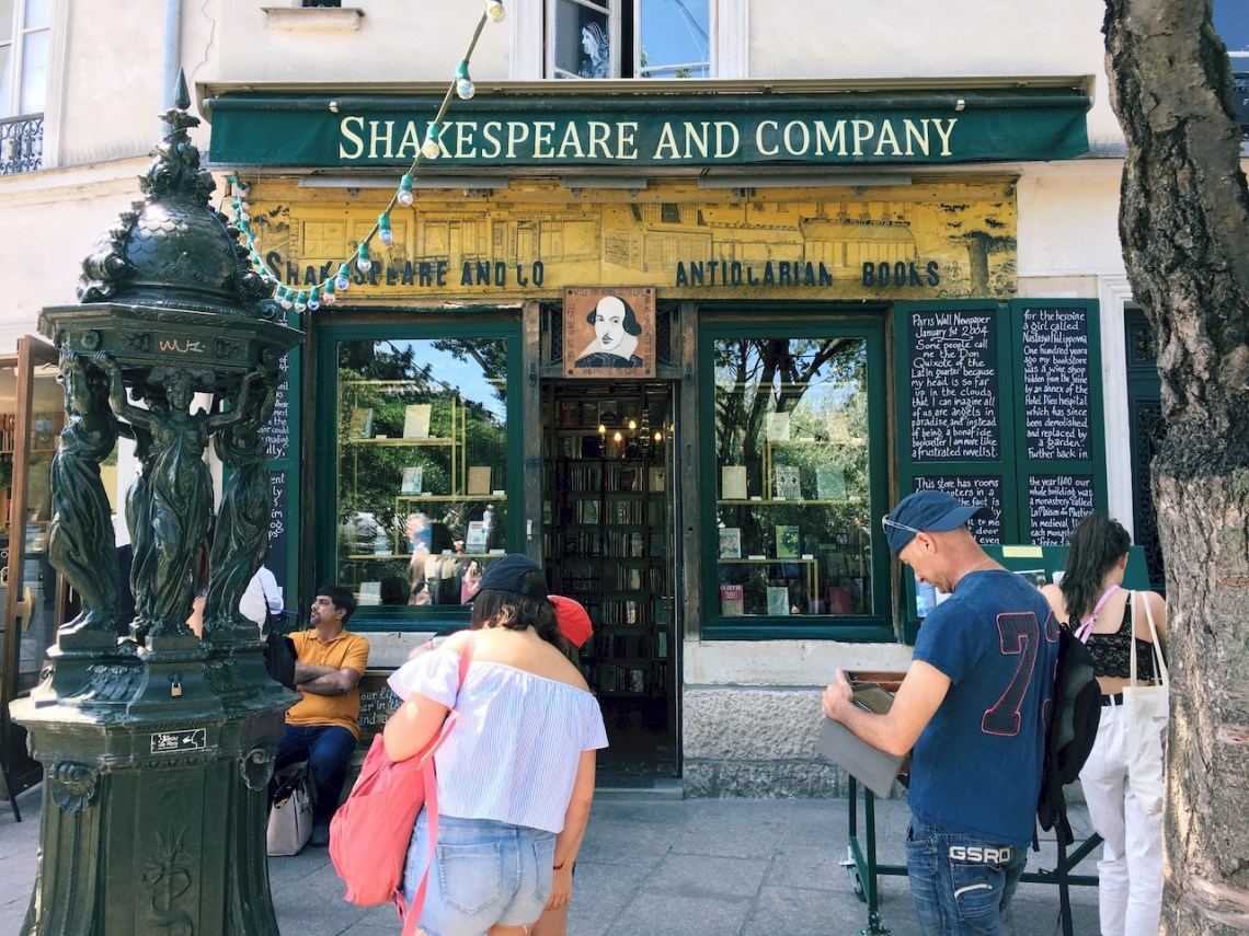 莎士比亞書店 ,Shakespeare and Company,Paris,Shakespeare,巴黎,法國,莎士比亞,france,norah,bonjour Norah,norah in wonderland,諾拉的異想世界,諾拉,歐洲,eroup,travel,旅遊,網美景點,書店,Feed the starving writers,Be not inhospitable to strangers lest they be angels in disguise,Ernest Hemingway,James Joyce,Ezra Pound,Ford Madox Ford,William S Burroughs,海明威,金城武,流動的饗宴,A Moveable Feast,午夜巴黎,Midnight in Paris,Saint-Michel,聖米歇爾站,Bonjour Norah,Norah,Norah in Wonderland,諾拉,諾拉的異想世界,