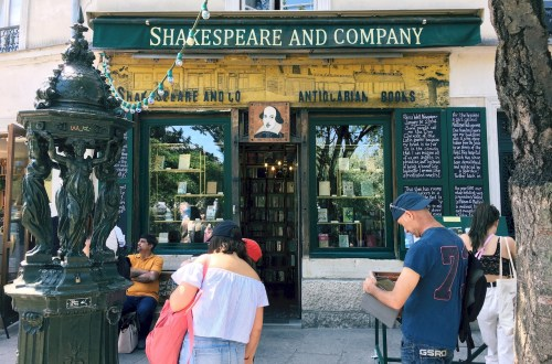 莎士比亞書店 ,Shakespeare and Company,Paris,Shakespeare,巴黎,法國,莎士比亞,france,kylie,bonjour kylie,kylie in wonderland,凱莉的異想世界,凱莉,歐洲,eroup,travel,旅遊,網美景點,書店,Feed the starving writers,Be not inhospitable to strangers lest they be angels in disguise,Ernest Hemingway,James Joyce,Ezra Pound,Ford Madox Ford,William S Burroughs,海明威,金城武,流動的饗宴,A Moveable Feast,午夜巴黎,Midnight in Paris,Saint-Michel,聖米歇爾站,