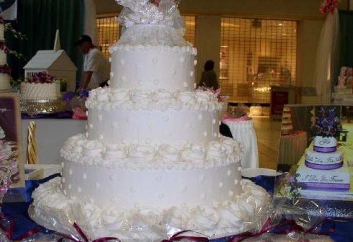 Bonnie Belles Pastrieswedding Cakeswhite Roses White Dots 3 Tier Cake