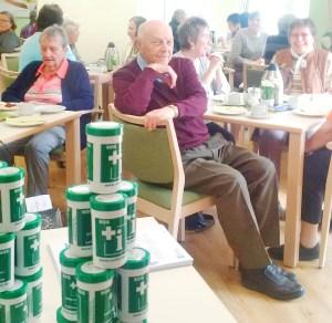 Bei einer Veranstaltung im Gemeinschaftsraum des Paulinum Auf dem Hügel wurde die Notfalldose vorgestellt. Über 50 Senioren nutzten die Gelegenheit und sicherten sich eine der kostenlos verteilten Dosen. Fotonachweis: Sahle Wohnen