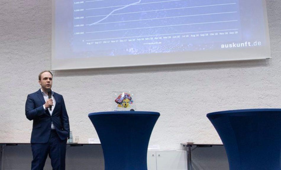 """Fabian Brüssel, Alpha9 Marketing GmbH & Co. KG, während seiner Präsentation auf der Nominierungsveranstaltung des """"Ludwigs 2019"""". (Foto: Jo Hempel, Quelle: IHK Bonn/Rhein-Sieg)"""