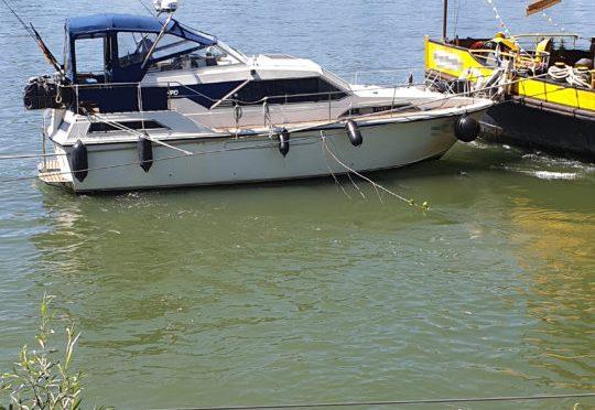 Motorboot kollidiert mit schwimmendem Restaurant in Bonn